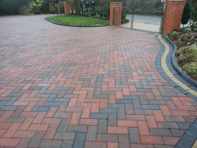 https://smartpavingbristol.co.uk/wp-content/uploads/2021/01/block-paving-640x480.jpg
