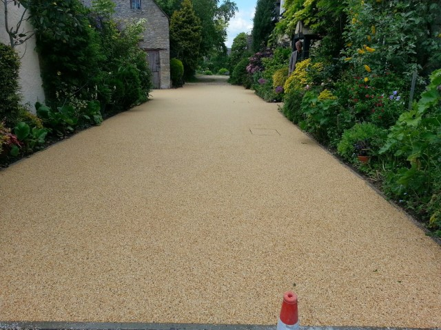 https://smartpavingbristol.co.uk/wp-content/uploads/2021/01/resin-bound-landscaping-crop.jpg